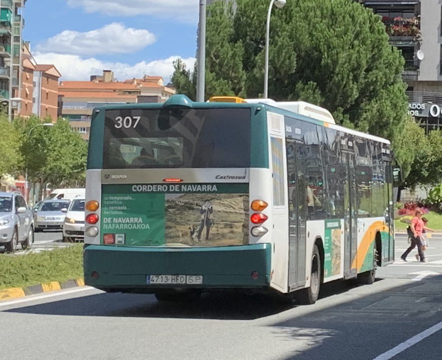 Vista trasera de un autobús urbano de Pamplona rotulado con la campaña de Cordero de Navarra