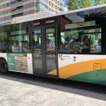 Vista lateral de un autobús urbano de Pamplona rotulado con la campaña de Cordero de Navarra