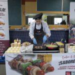 El cocinero y nutricionista Juan Carlos Fernández preparando Cordero de Navarra en la Universidad Pública de Navarra