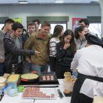 Estudiantes de la Universidad Pública de Navarra esperando a degustar el Cordero de Navarra
