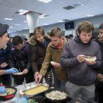 Estudiantes de la Universidad Pública de Navarra degustando el Cordero de Navarra